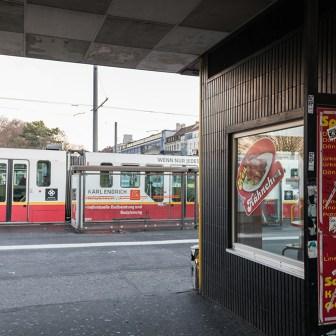 """Dezember 2015: Durchgang vom Busbahnhof zur Straßenbahnhaltestelle. Hier gab es früher die angeblich legendären """"Bahnhofs-Pommes""""."""