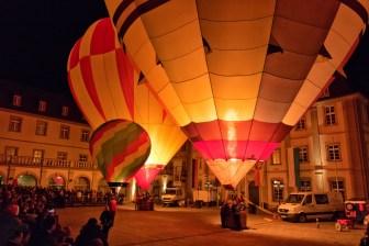 Ballonglühen im Rathausinnenhof beim Lichterglanz 2018 in Würzburg.