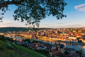 Blick auf Würzburg im Sommer.