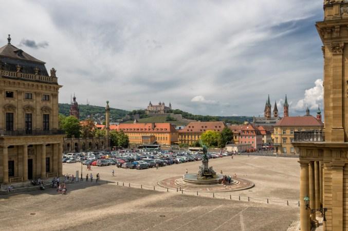 Blick über den Residenzplatz auf Würzburg.