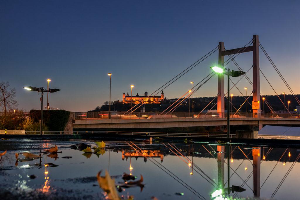"""Die """"Brücke der Deutschen Einheit"""" an einem Herbstabend."""
