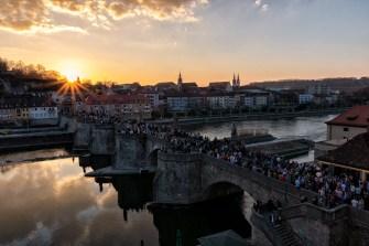 Die Würzburger lieben den Brückenschoppen auf der Alten Mainbrücke! Und am aller schönsten ist er ohne Frage im Sonnenuntergang, so wie gestern Abend