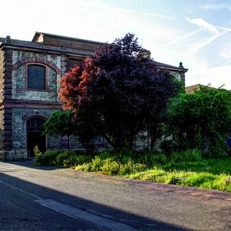 Diese Gebäude werden von der Sektkellerei Höfer genutzt.