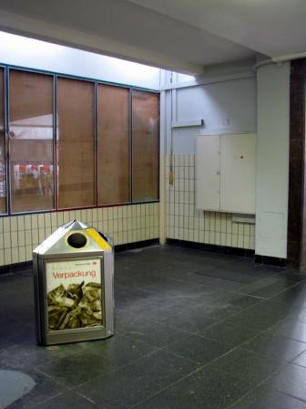 Hier war früher ein Treppenaufgang zur Bahnhofsverwaltung und der Standplatz der in die Jahre gekommenen Modellbahnanlage. In meiner Kindheit durfte ich bei fast jedem Bahnhofsbesuch die Züge für 10 oder 20 Pfennige fahren lassen.