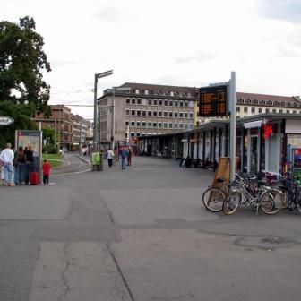 Bahnhofsvorplatz mit Blick in Richtung Straßenbahnhaltestellen.