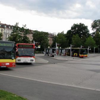 Der Busbahnhof. An einem Sonntagnachmittag wie auf diesem Bild, ruhig und übersichtlich. Im normalen Schul- und Berufsverkehr aber schon lange viel zu eng und überlastet.