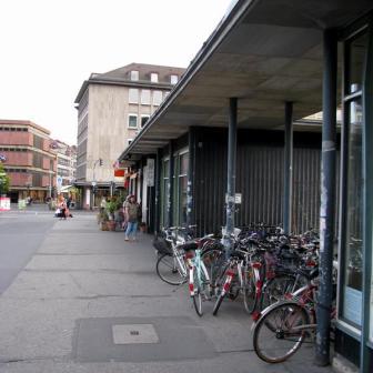 Typische Unordnung am Bahnhofsvorplatz.