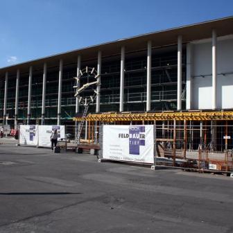 Energetische Sanierung des Hauptgebäudes - dabei wurde auch gleich das alte Vordach abgerissen.