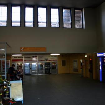 Waren die Fenster eigentlich schon immer da und nur verbaut? Wie angenehm so ein wenig Tageslicht doch wirken kann...