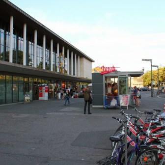 Während sich am Bahnhofsvorplatz bis auf die Leihfarräder noch nichts weiter getan hatte, war die Sanierung der Fassade bereits abgeschlossen.
