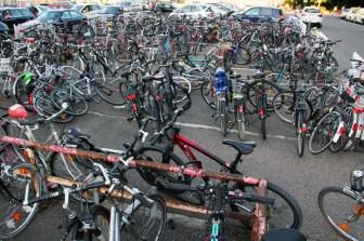 """Nachdem die Fahrradstellplätze direkt vor dem Bahnhof entfernt wurden, findet sich das """"Chaos"""" nun bei den Taxiständen wieder."""