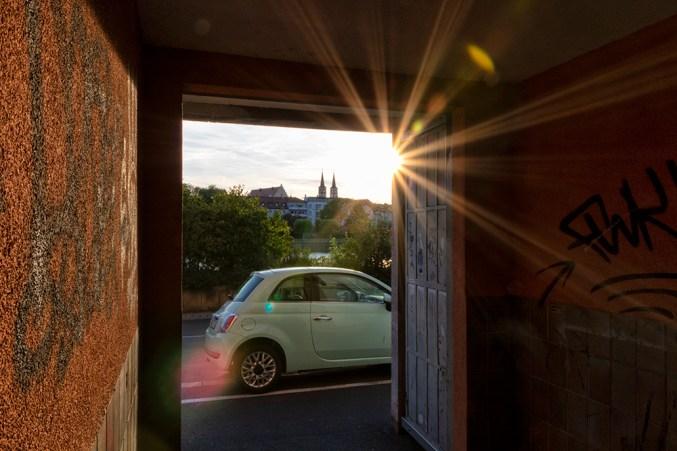 Hausdurchgang mit Graffiti im Sonnenuntergang.