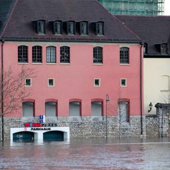 Auch vom Wöhrl-Parkhaus ist bei einem Wasserstand von über 6 Meter nicht mehr viel übrig