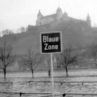 """Festung Marienberg und die """"Blaue Zone"""" (damals eine Parkzone für PKWs in Würzburg)"""