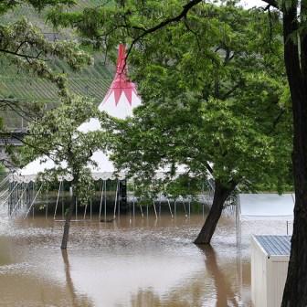 Hochwasser am 02. Juni 2013 an den Mainwiesen in Würzburg.