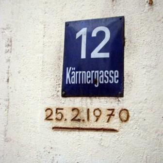 Auch am Gebäude in der Kernergasse 12 kann man den Hochwasserstand von 1970 ablesen.