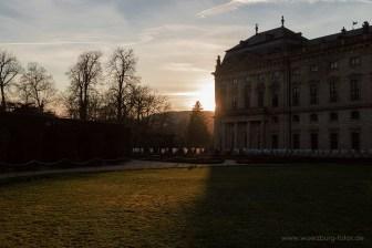 Der Hofgarten der Residenz im Gegenlicht.