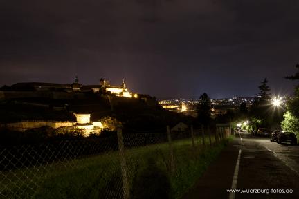 Blick auf Maschikuliturm und Festung Marienberg bei Nacht.
