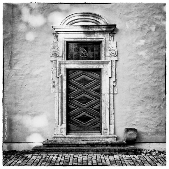 Eine alte Tür an einem Gebäude im Juliusspital.