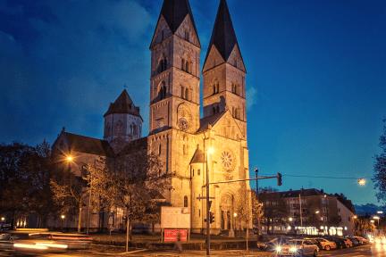 St. Adalbero in der Sanderau bei Nacht