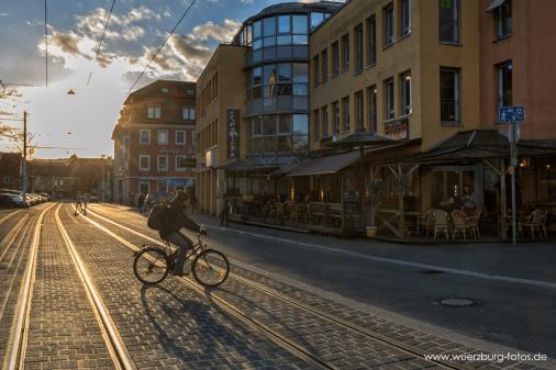 Blick über die Juliuspromenade in den Sonnenuntergang.