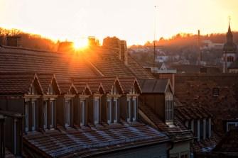Wintersonne über den Dächern der Stadt.