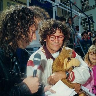 """Beim W1-Geburtstag im Jahr 1988 auf der Bühne am Vierröhrenbrunnen. Moderator Kai Fraas im Gespräch mit Schauspieler und Synchronsprecher Tommi Piper. Das Piper hier eine Stoffpuppe von """"Alf"""" im Arm hält ist kein Zufall. Tommi Piper war die Stimme von Alf und wurde deshalb auch eingeladen. Zu dieser Zeit lief Alf im ZDF und war eine sehr erfolgreiche TV-Serie."""