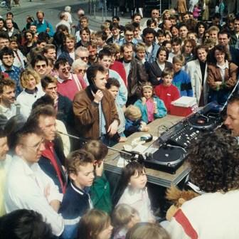 Und auch dieses Foto entstand beim W1-Geburtstag. Auf dem Foto sieht man in der Mitte (mit dem Telefonhörer in der Hand) Moderator Boris Eichler. Auf der Bühne (rechts unten) Kai Fraas und Tommi Piper.