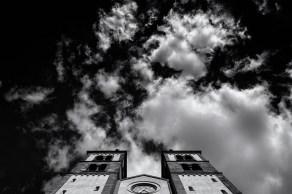 Wolkenspiel in Schwarz-Weiß am Himmel über dem Dom in Würzburg.