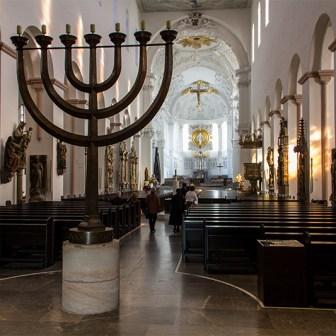 Blick auf den siebenarmigen Leuchter im Hauptschiff des Doms.