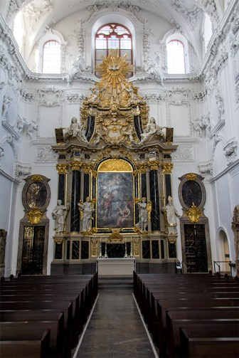 Altar im linken Kirchenflügel.