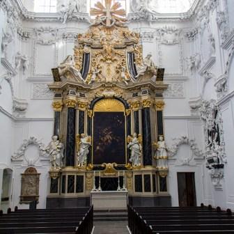 Altar im rechten Kirchenflügel.