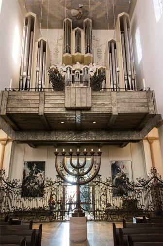 """Blick auf die """"Klaist-Orgel"""" aus dem Jahr 1968. Sie enthält 87 Register auf fünf Manualen. Man kann dieses Instrument als einen Höhepunkt der deutschen Orgelneubauten bezeichnen. In der Seputur des Doms befindet sich zusätzlich eine historische """"Seufert-Orgel"""" aus dem Jahr 1740 mit 11 Registern auf einem Manual."""