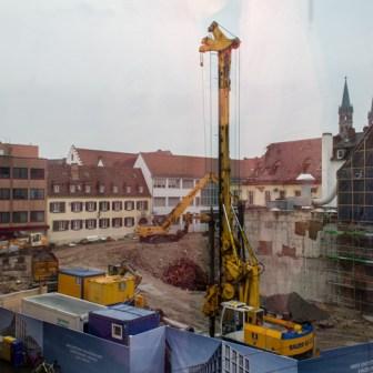 Blick aus dem S.Oliver Geäude am Oberen Marktplatz auf die Großbaustelle im November 2012.