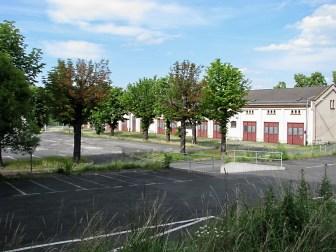 Blick über den Zaun auf das Gelände der ehemaligen Kaserne.