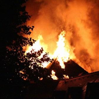Meter hohe Flammen schlugen allerorten durch den Dachstuhl in den Nachthimmel.