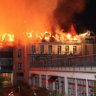 """Die Feuerwehr bezeichnet so eine Einsatzlage für gewöhnlich als """"Haus steht im Vollbrand""""."""