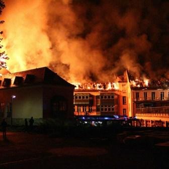 Die Hitze der Flammen war auch aus dieser Entfernung noch deutlich zu spüren!