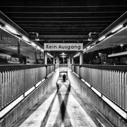 Würzburg Hauptbahnhof in Schwarzweiß.