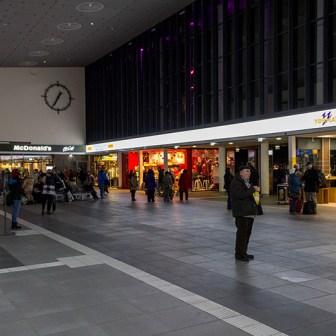 Die Bahnhofshalle nach den Bauarbeiten: sachlich, aufgeräumt und wieder übersichtlich.