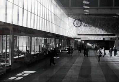 Blick in die damals noch sehr leere und aufgeräumte Bahnhofshalle in den 1950er Jahren.