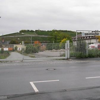"""Die Inschrift auf dem Schild auf der rechten Seite ist kaum noch zu erkennen... """"Hindenburg Kaserne"""". Das Schild ist aber schon seit längerer Zeit verschwunden. Die hier gezeigten Bilder stammen aus dem Jahr 2008."""