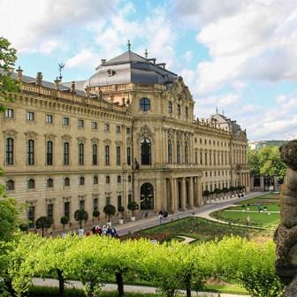 Hofgarten der Würzburger Residenz im Sommer.