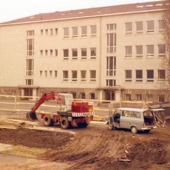 "Bauarbeiten an der ehemaligen ""Jakob-Stoll-Realschule"" (heute ""David Schuster Realschule"")."