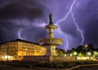 Kiliansbrunnen im Blitzlichtgewitter
