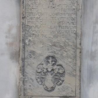 Tafel aus Stein mit Inschrift.