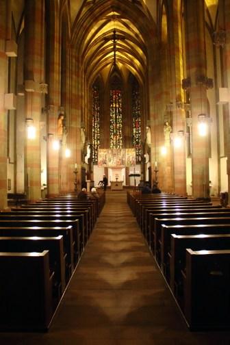 Blick in das Kirchenschiff in der Dämmerung