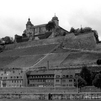 Blick auf Alte Mainbrücke und Festung Marienberg (noch mit Kriegsschäden und unrenoviert).