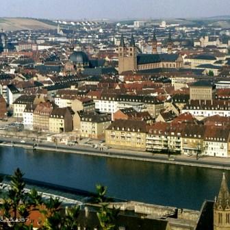 Blick auf Würzburg von der Festung aus gesehen. Links erkennt man noch ein großes Ruinengrundstück. Hier entstand Anfang der 1980er Jahre das neue Hertie-Haus (heute Wöhrl-Haus).