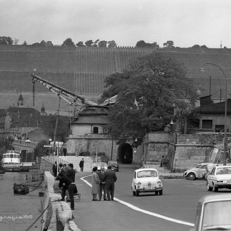 """Der """"Alte Kranen"""" - damals noch eine normale Straße mit Durchfahrtmöglichkeit unter dem Gebäude."""